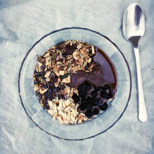 Kakao-chiagrød - sådan laver du chiagrød med perfekt konsistens - og få samtidig mit bud på lækre og sunde toppings. --> Madbanditten.dk