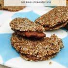 Raw cookiesandwich - helt uhørt lækre og chewy ubagte cookies med et lag kokos-nutella i midten. Glutenfri, ægfri, kornfri og sukkerfri. Nem opskrift her: Madbanditten.dk