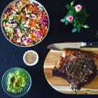 Hvad skal man servere til en god bøf? En sprød og knasende salat kan være superlækkert tilbehør til en god bøf. Prøv fx denne lækre regnbuefarvede salat med avocadocreme. Opskrift her: