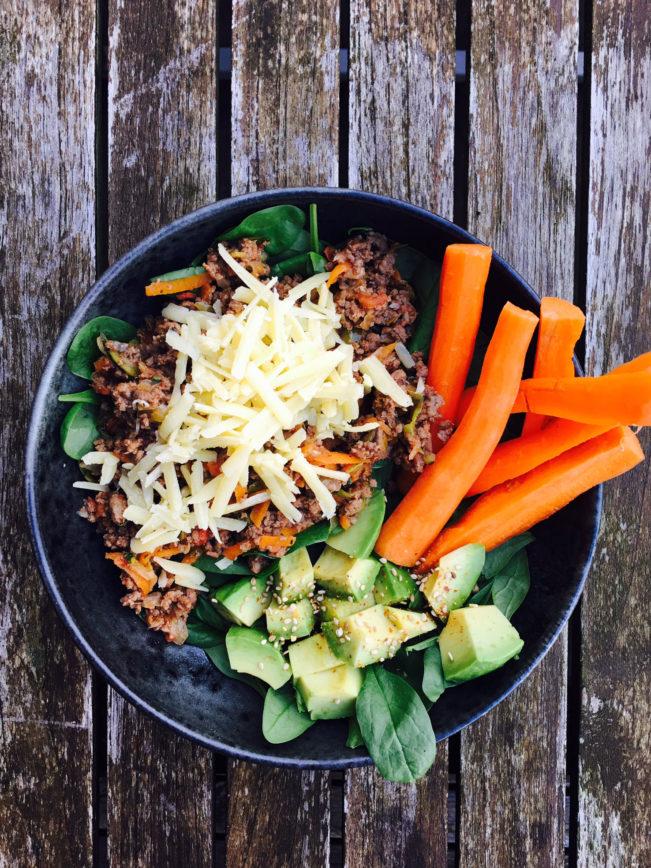 Morgenmadsskål med spinat, kødsovs, avokado og gulerod.