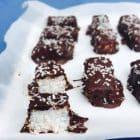 Kokosbarer à la Bounty med mint og chokolade. Lækreste dessert med få kulhydrater --> Madbanditten.dk
