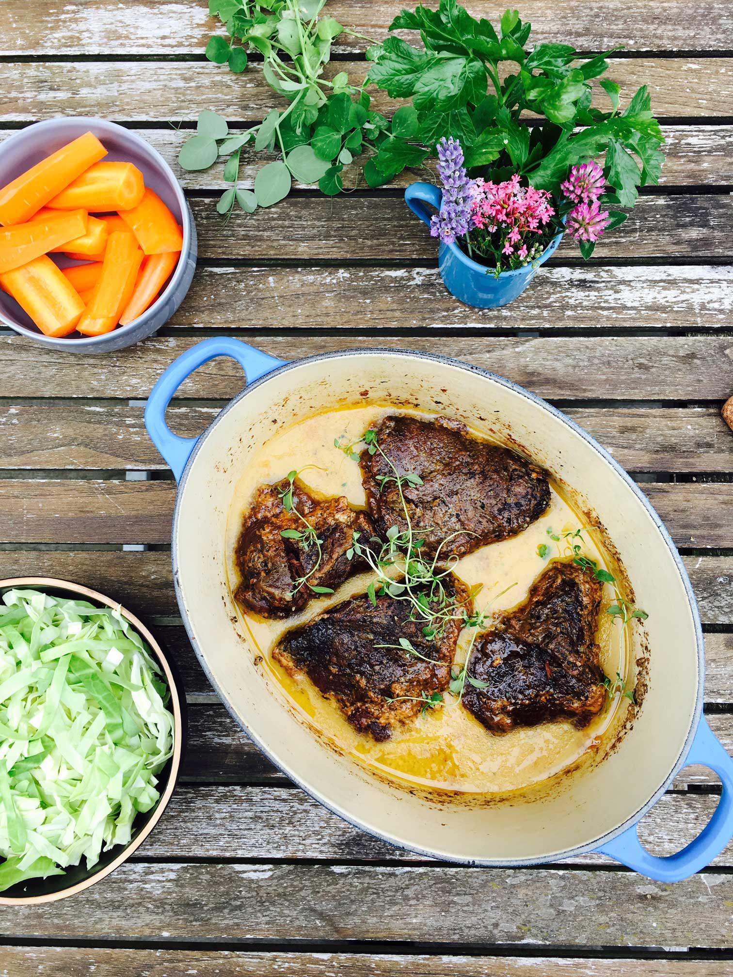 Oksekæber i flødesovs - smørmørt kød i en lækker, velsmagende sovs. Find den nemme opskrift her: Madbanditten.dk
