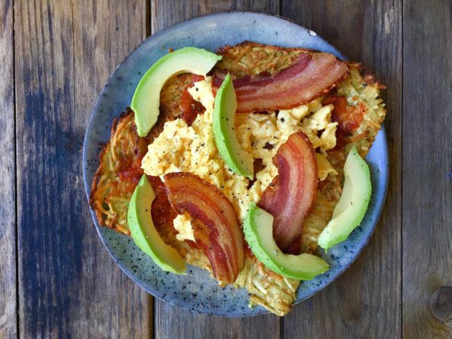 Røræg, bacon og avokado på rodfrugt-tortilla - nem, sund og lækker morgenmad her: