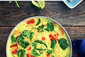 Low carb nudler (shirataki nudler) i karry med ingefær og gurkemeje. Sund og mættende opskrift.