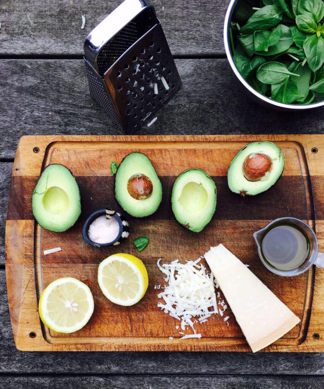 Avocado-pesto - lækker cremet pesto som er den perfekte ledsager til laks. Find opskriften her: