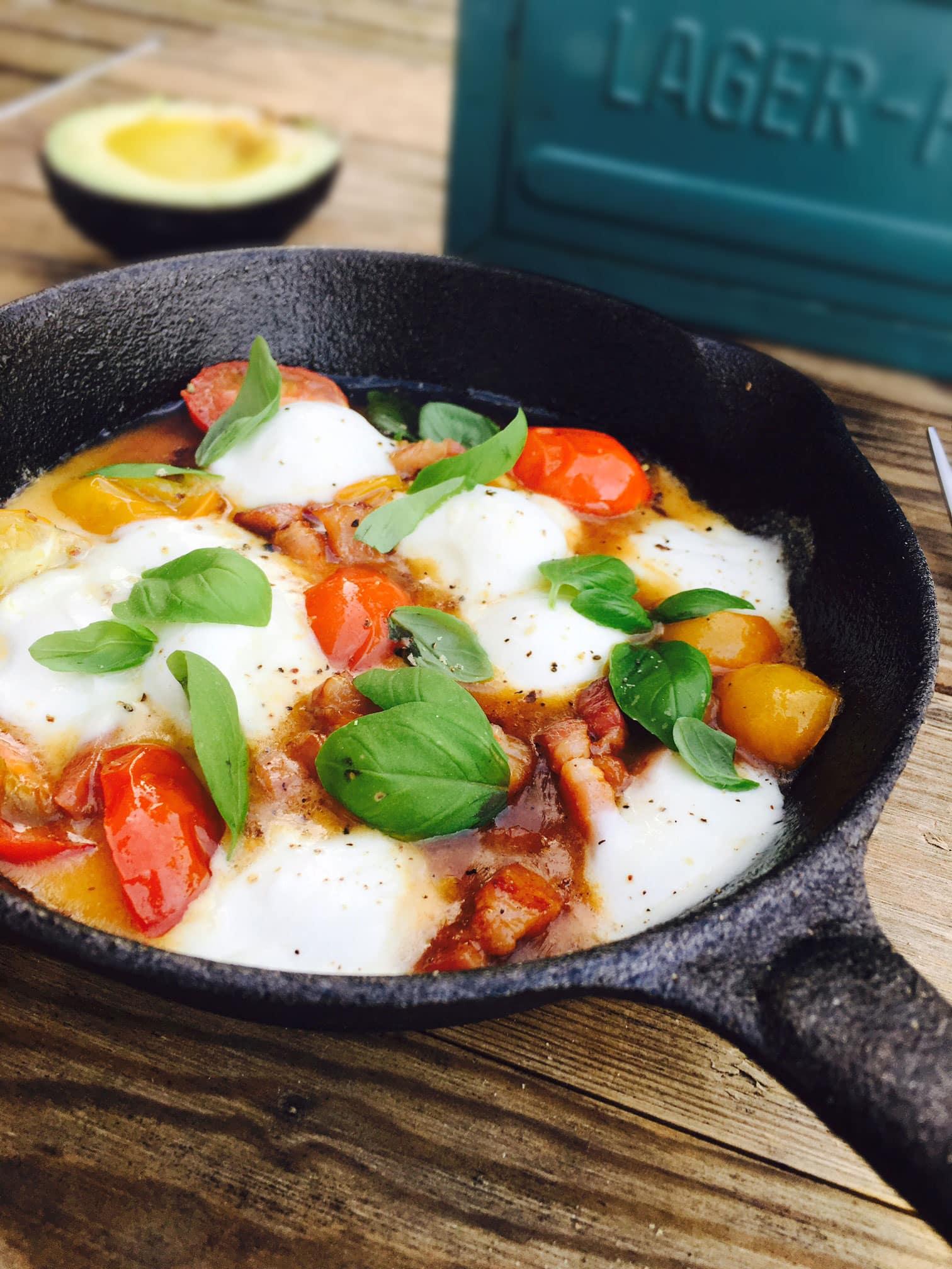 Lækker low carb morgenmad for én: Pande med bacon, tomater og varm bøffelmozzarella. Opskrift her: