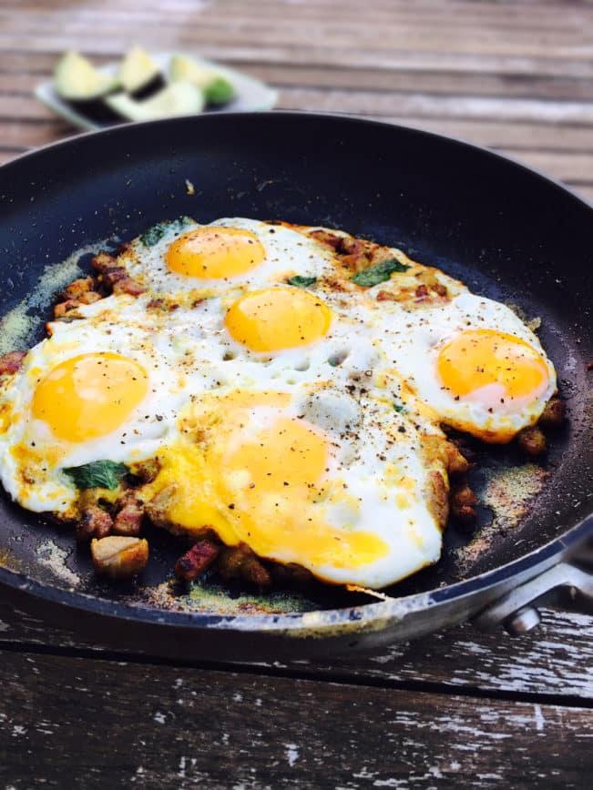 Spejlæg med bacon, karry og gurkemeje - god og mættende LCHF morgenmad