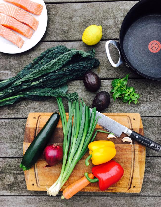Perfekt dampet laks med stegte grøntsager og cremet avocado-pesto. Lækker og sund aftensmad. Opskrift her: