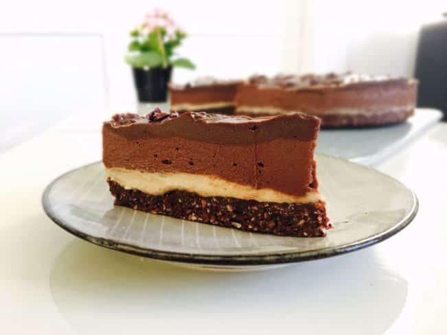 Raw chokoladekage med vaniljecreme og chokoladeganache - lavet af 100% naturlige ingredienser. Sukkerfri, glutenfri, kornfri og vegansk - Opskrift her:
