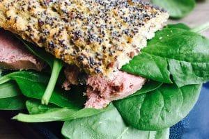 Hurtig og sund frokost: Glutenfri sandwich med paté og spinat