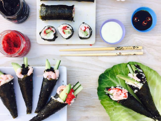 Sushi cone - sushi lavet i en lille vaffel af nori tang. Perfekt til håndholdt sushi. Her i LCHF-verision med blomkåls-sushi-ris men du kan sagtens bruge almindelige ris også. Se den sunde sushi-opskrift her: