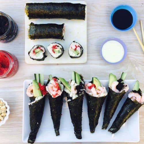 Sushi-cones - sushi lavet i et lille kræmmerhus af nori tang. Perfekt til håndholdt sushi. Her i LCHF-verision med blomkåls-sushi-ris men du kan sagtens bruge almindelige ris også. Se den sunde sushi-opskrift her:
