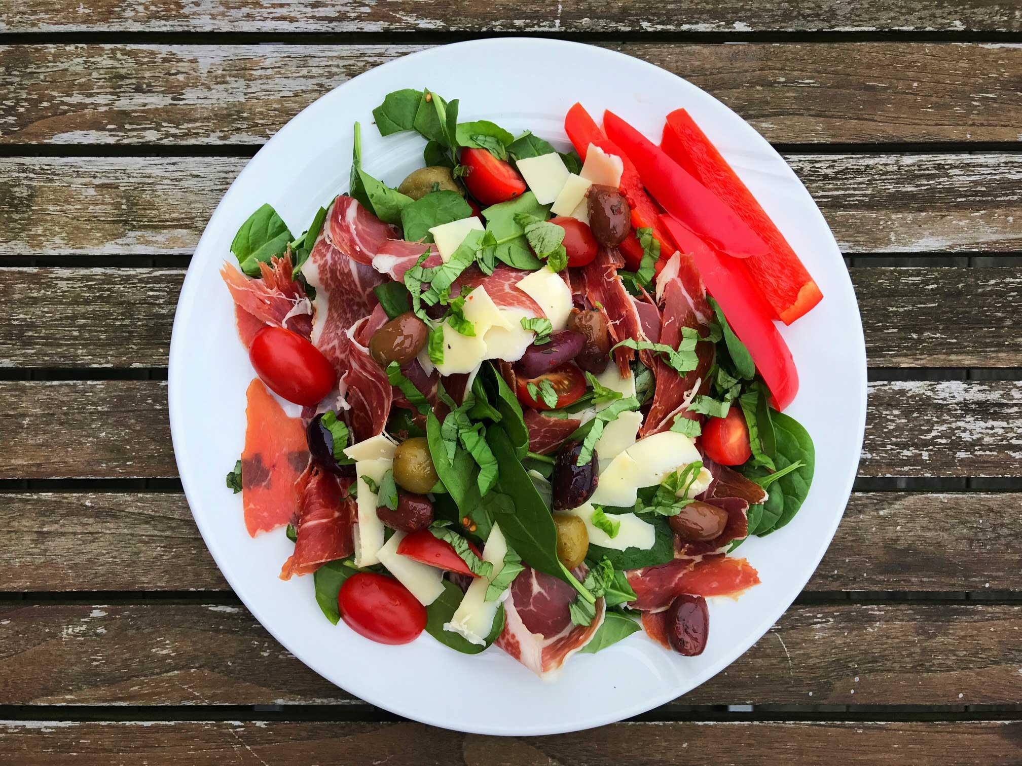 Salat med serrano, oliven og rucola - frokostsalat med italiensk touch. Opskrift her: