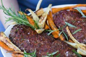 Farsbrød med bagte rødder - nem alt-i-en-ovn aftensmad til den travle børnefamilie - opskrift her: