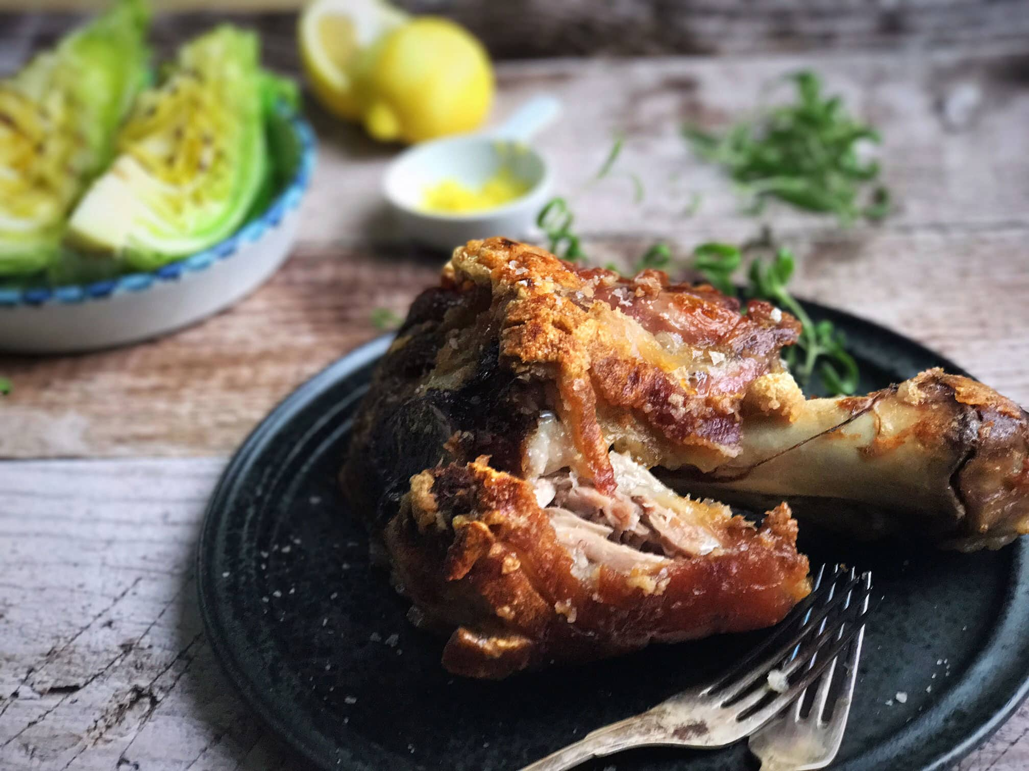 Svineskank - opskrift på langtidsstegt svineskank i ovn serveret med smørstegt spidskål med citron - Lækreste opskrift her: