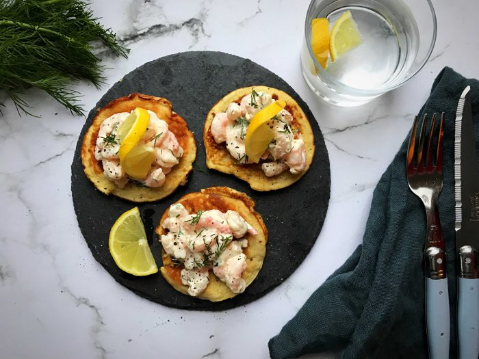 Blinis med rejesalat med cremefraiiche og dild - lækker og nem glutenfri og LCHF opskrift her: