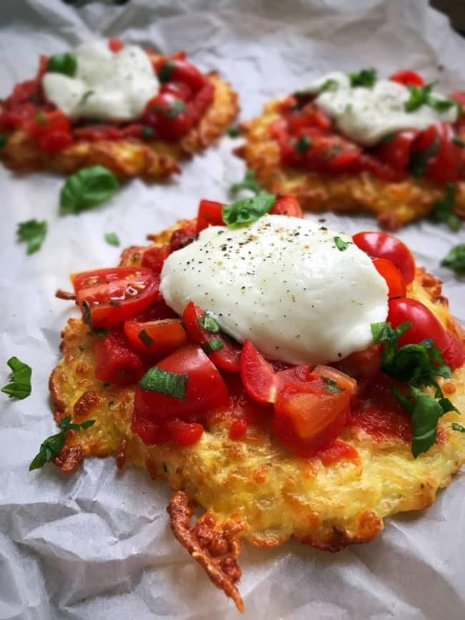Mini-pizzaer på ostebund med tomat og mozzarella - naturligt glutenfri, low carb og LCHF. Nem opskrift her: