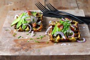 Blomkålsmos vafler med ost og bacon - lækre low carb vafler lavet på blomkålsmos. Opskrift her: