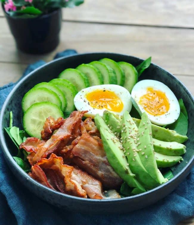 Breakfast Bowl med bacon, æg og avokado - lækker, sund og mættende morgenmadsopskrift her: