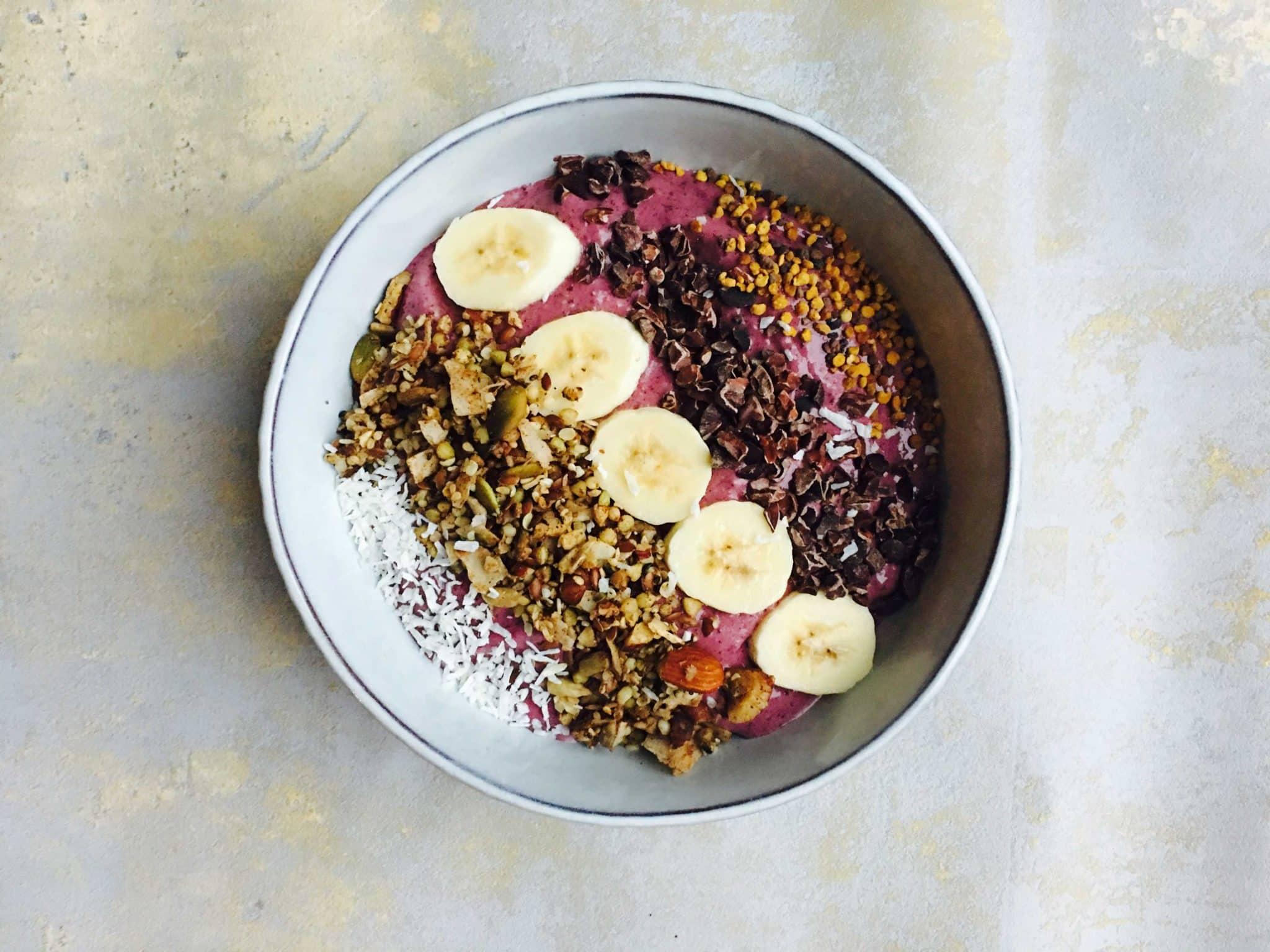 Smoothie Bowl med broccoli og blåbær - sund morgenmad til børn og voksne