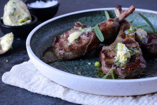 Lammekoteletter med rosmarin-hvidløgssmør - opskrift på saftige lammekoteletter med lækker urtesmør med hvidløg