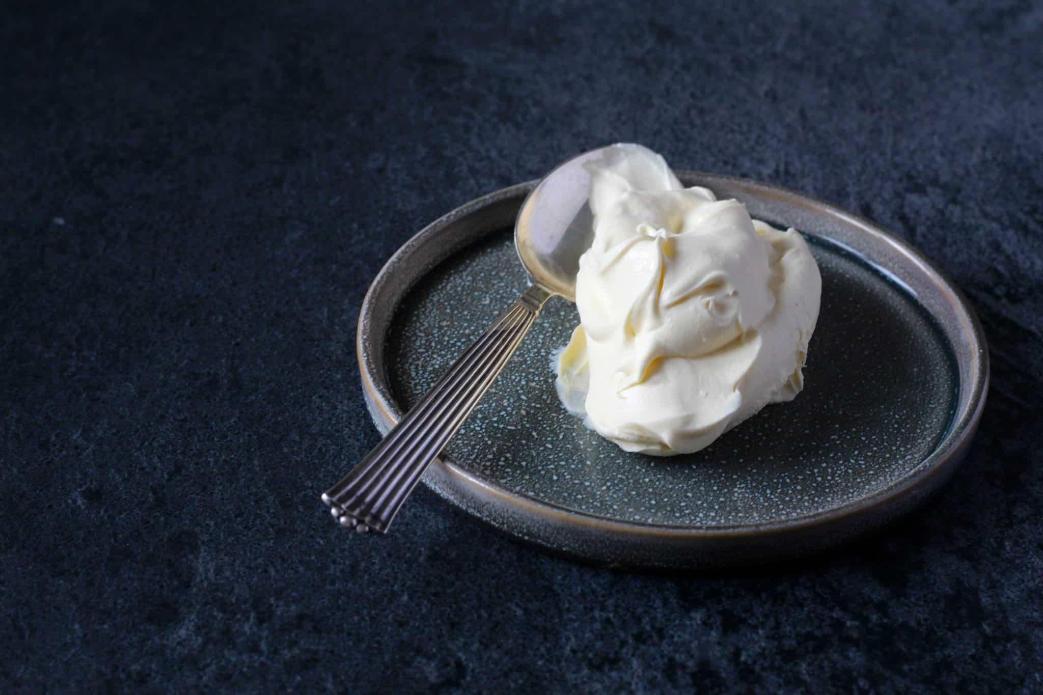 Hjemmelavet mascarpone - Se hvor nemt det er at lave den lækre cremede italienske ost derhjemme. Kun to ingredienser! Se den nemme opskrift her: