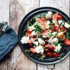 Rucolasalat med serranoskinke og frisk mozzarella - nem og lækker italiensk-inspireret frokostsalat