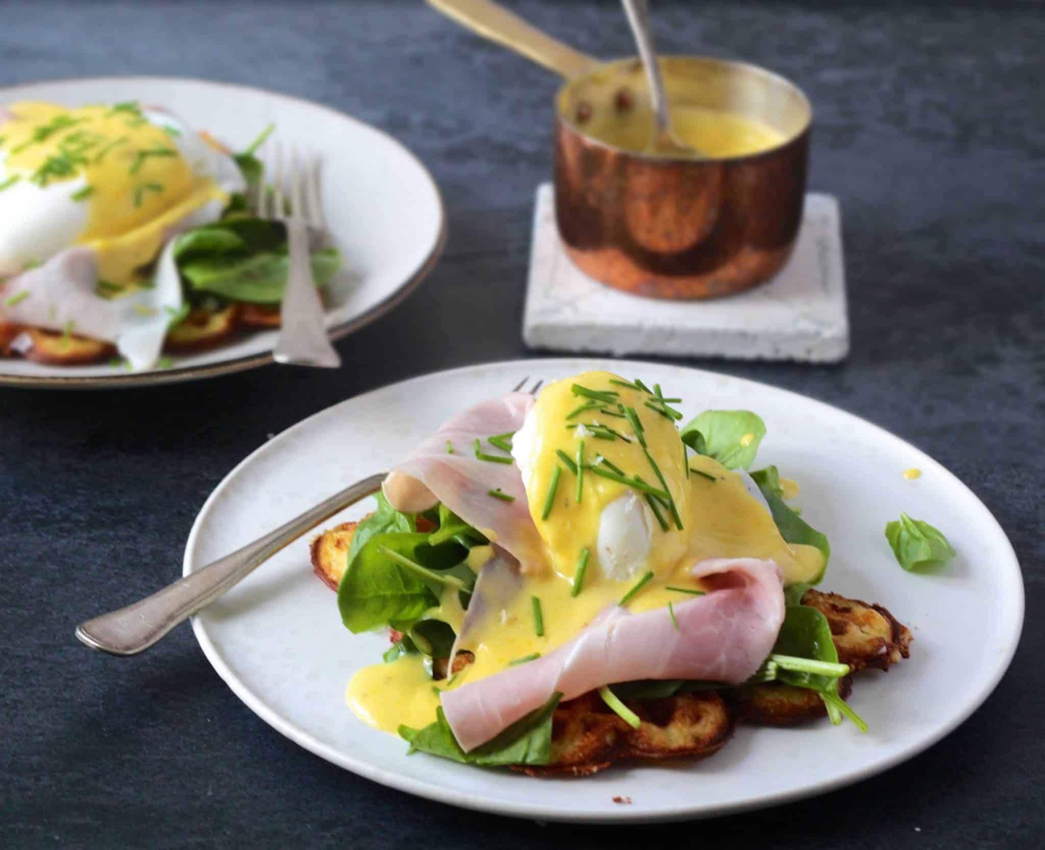 Eggs benedict - opskrift på den ultimative LCHF/keto morgenmad - æg med smørsovs