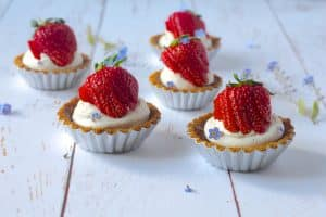Jordbærtærte - opskrift på lækreste små jordbærtærter med mascarpone-vaniljecreme. Glutenfri og sukkerfri opskrift.