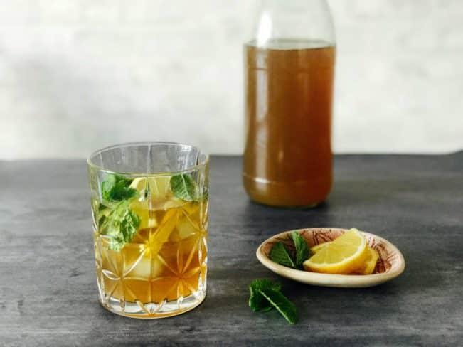 Iste med ingefær og mynte - forfriskende sukkerfri opskrift på iste til at slukke tørsten i sommervarmen