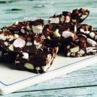 Rocky Road chokolader med riskiks og skumfiduser. Lækker knasende udgave af den lækre chokoladekonfekt