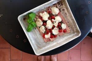 Italiensk pizza à la LCHF - opskrift på italiensk pizza uden bund
