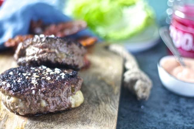 Burgerbøffer fyldt med jalapeños og ost - opskrift på den bedste burgerbøf