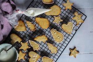 Julesmåkager - opskrift på god og medgørlig glutenfrie småkager, der fungerer supergodt til udstik til figurer etc.