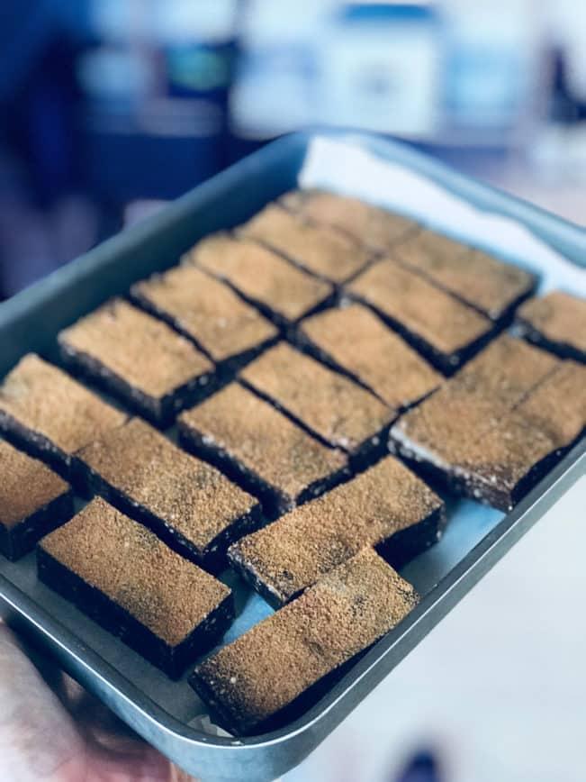 Raw lakridsbarer - de lækreste lakridsbarer af dadler og cashewnødder og uden gluten og raffineret sukker