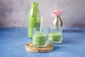 Grøn smoothie med avocado - lækker, cremet LCHF smoothie uden frugt (foruden avocado som jo teknisk set er en frugt)