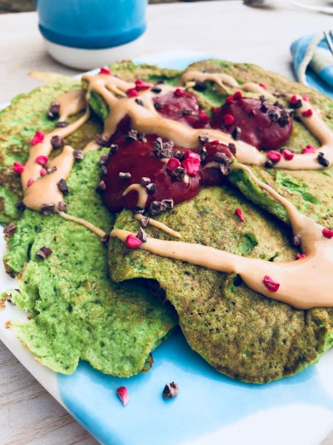 Spinatpandekager med bærsyltetøj og peanutbutter - godt med protein og ingen mel eller sukker.