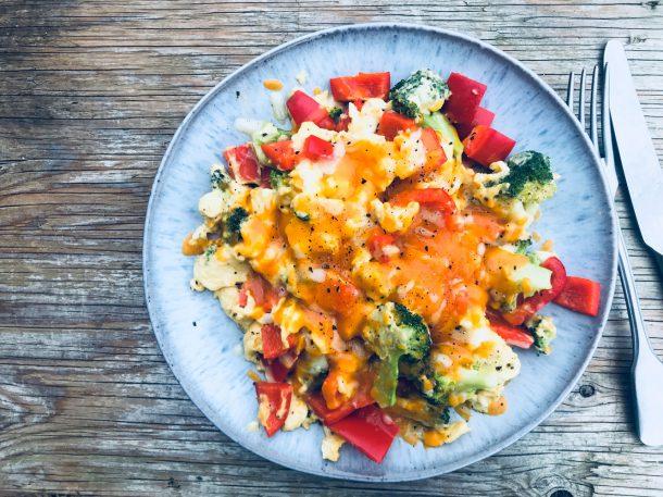 Røræg med grøntsager og ost - virkelig mættende morgenmad, der mætter til frokost