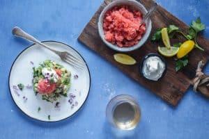 Avocadotatar med stenbiderrogn og cremefraiche. Opskrift på den nemmeste og lækre forret til gæster eller date night