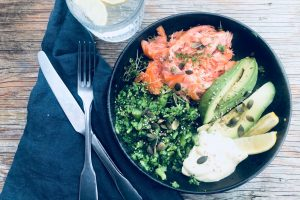 Super Salmon Bowl - lækker og nem opskrift med varmrøget laks