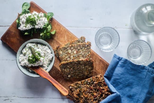Skinkesalat på stenalderbrød er en dejlig frokost på LCHF. Find opskrift her: