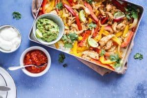 Fajitafad med kylling og guacamole - lækker tex mex opskrift