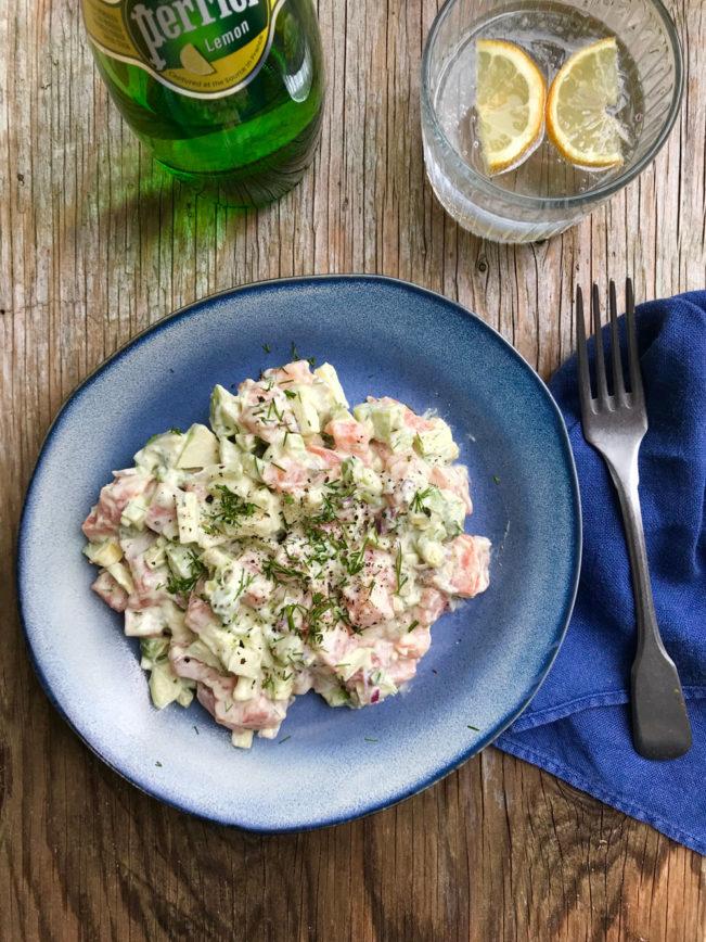 Laksetatar med avocado, æble, dild og cremefraiche. Luksus frokost eller forret.