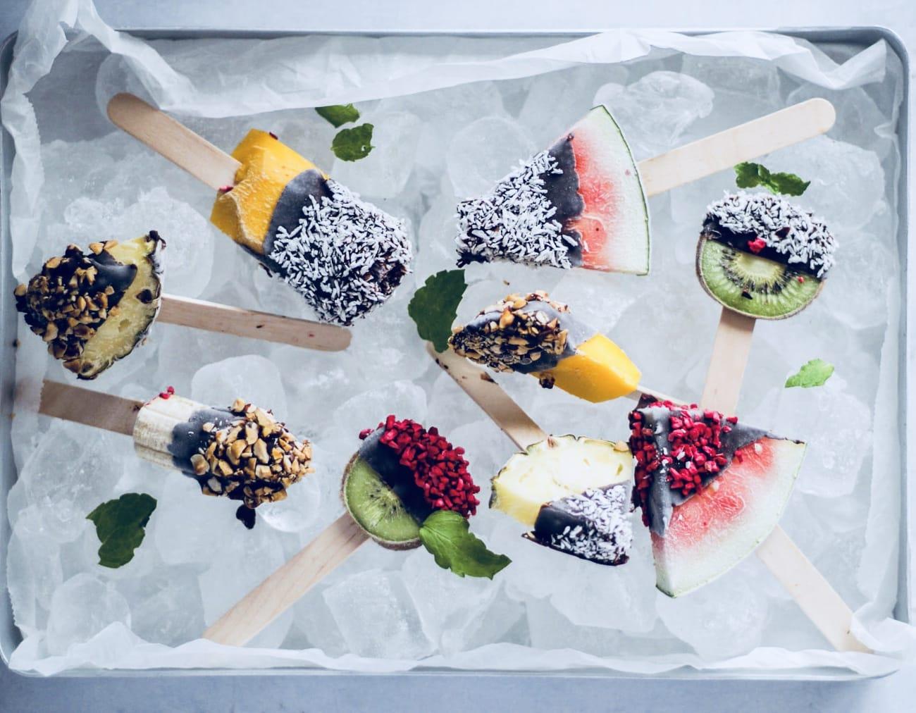 Frozen fruit pops - frugt ispinde med chokoladeovertræk