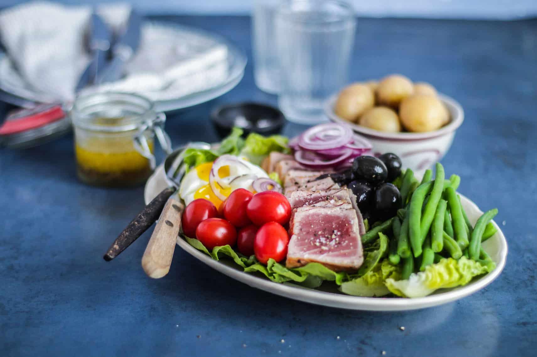 Salade Niçoise - opskrift på den lækre franske salat med tun, æg og bønner