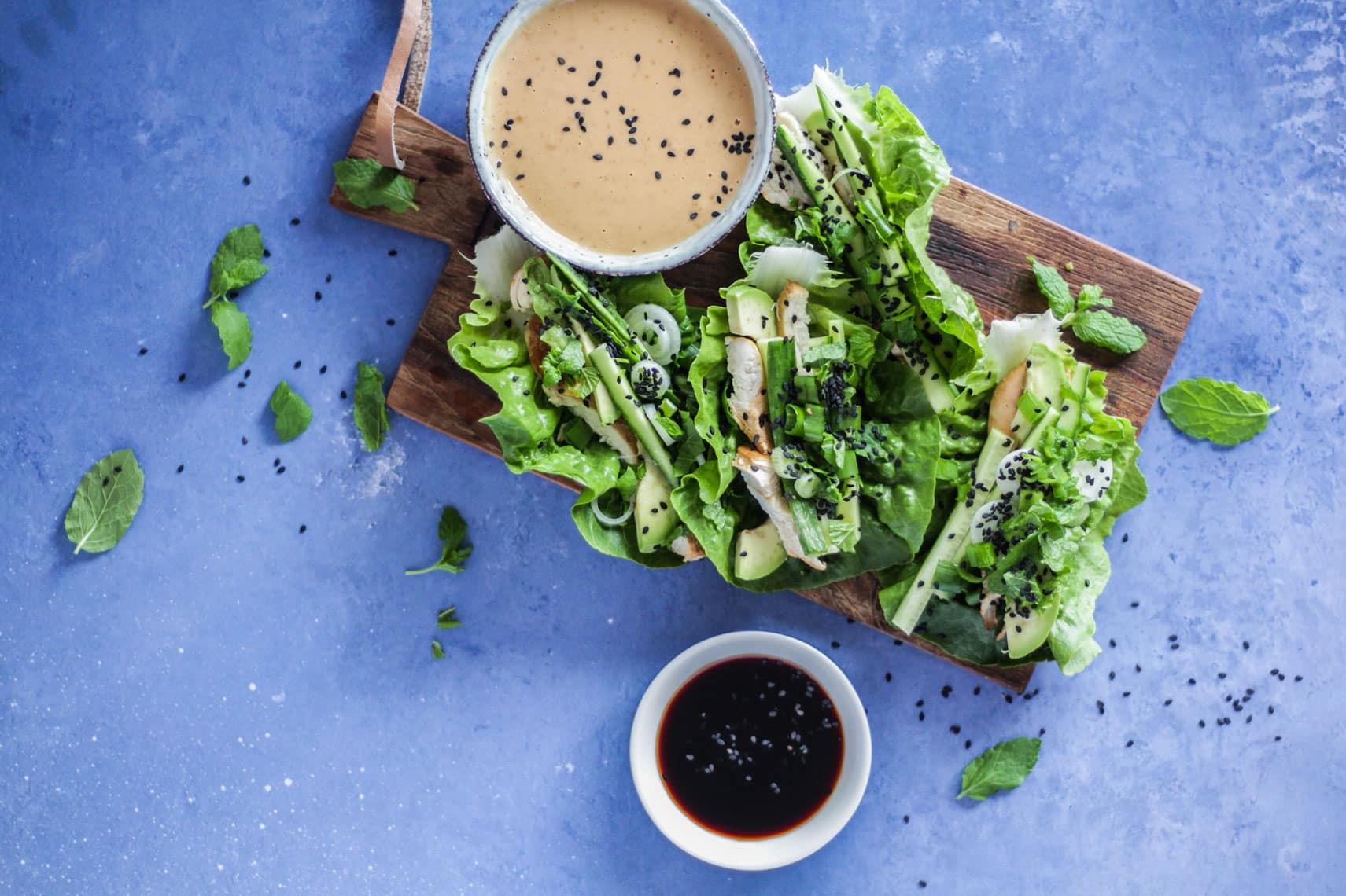 Friske salatruller med kylling og peanutbuttersovs - lækker LCHF / Keto opskrift på friske forårsruller