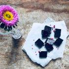 Hjemmelavet chokolade - opskrift på hjemmelavet chokolade med hindbær og hasselnødder - sukkerfri opskrift