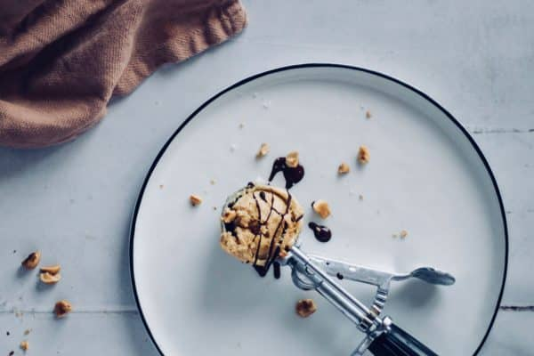 Saltkaramel is - cremet vaniljeis med karamelsauce med havsalt