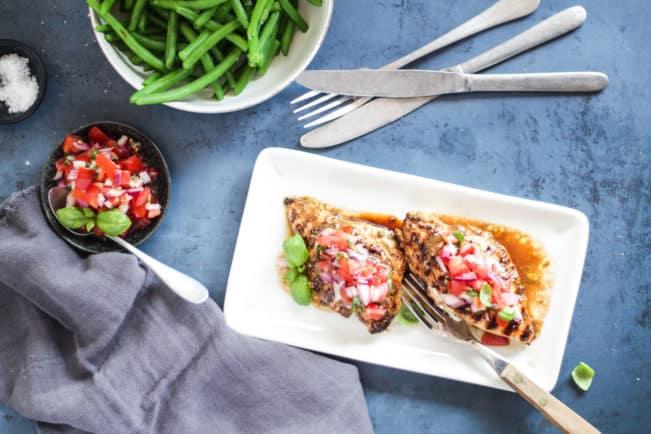 Balsamicomarineret kylling med bruschetta topping. Dejligt, velsmagende italiensk-inspireret aftensmad