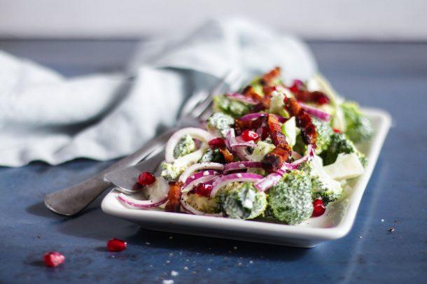 Broccolisalat med bacon og rødløg - opskrift på lækker salat med broccoli